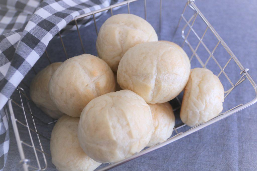 イタリアのパン「フォカッチャ」。 お料理と一緒に頂いたり、オリーブオイルにつけても、サンドイッチにしてもおいしい万能なパンです。 解凍後そのまま召し上がると、モチモチ感を感じられます。 リベイクするとパリッと引き締まります。 お好みでお召し上がりください。 アレルギー表示(小麦、乳)