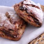 香ばしいルヴァン生地のハード系パンです。 アールグレイシロップに漬け込んだイチジク、クランベリー、くるみがぎっしりと詰まった贅沢な味わいです。 アレルギー表示 (小麦) ※パン1個の価格です