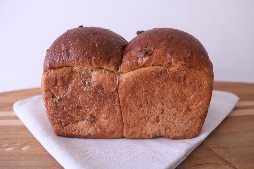 身体に優しい素材を使いながらも、美味しさにはこだわる食パン。 店頭でも人気の全粒粉とクルミの食パンは、リベイクするとより香ばしさが引き立ちます。 ふわふわの優しい食感です。 アレルギー表示 (小麦、乳)