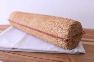 たびたびメディアでも取り上げられる、おしゃれなハード系パンです。 バタールのように長いバトン型にまぶしたゴマの香ばしさ、中にはねっとりとした宮古島産黒糖が練り込まれています。 スライスして、おやつ、おつまみにもおすすめです。 アレルギー表示 (小麦、乳)