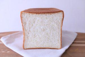 きめ細やかさを追求した、当店の一番プレーンな食パンです。 酵母には、乳清種を独自に開発。 幾多の試作を重ねたのち出来上がったパンです。 (1斤) アレルギー表示(小麦、乳)